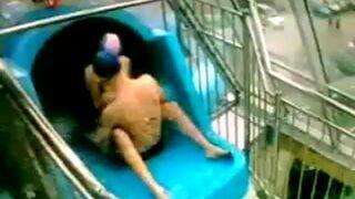 Seks na zjeżdżalni w Opocznie