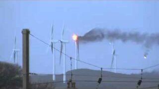 Turbina wiatrowa płonie w czasie burzy