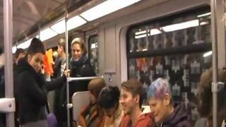 Beka w metrze - zarazliwy smiech