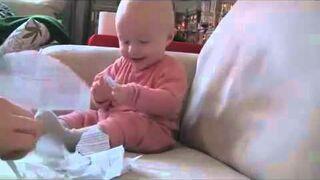 Niesamowity śmiech dziecka przy darciu kartki