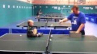 Hit! 1,5 roczne dziecko gra w ping-ponga!