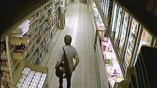Kobieta robi kupę w markecie