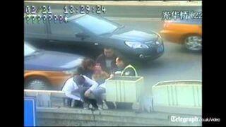 Matka z dzieckiem chce skoczyć z mostu
