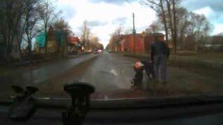 Rosja: Wskoczył pod samochód