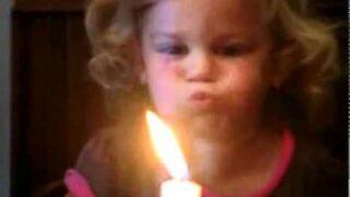 Słodkie dziecko próbuje zgasić świeczkę