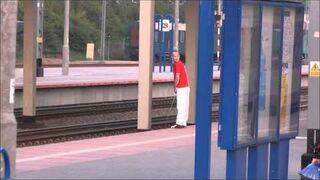 Koleś leje z peronu