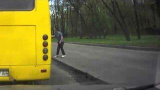 Rosyjski kierowca wyrzuca pijanego pasażera z autobusu