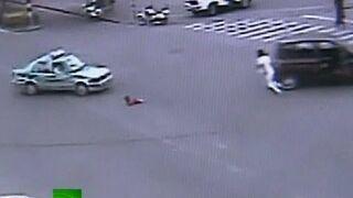 Dziecko wypadło z jadącego auta