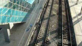 Początkujący parkurowiec na peronie