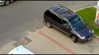 Blondynka nie potrafi wyjechać z parkingu