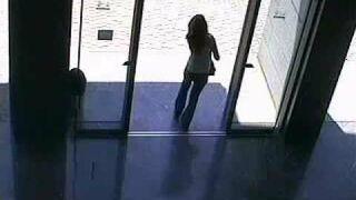 Dziewczyna i drzwi automatyczne