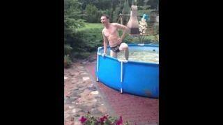 Skok do basenu - slow motion