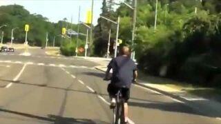 Pijany rowerzysta wchodzi w zakręt