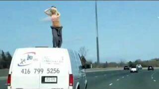 Odstawiła dziki taniec na dachu samochodu!