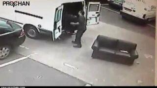 Niedoszła kradzież sofy z salonu - Sofa Fails