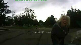 Kobieta otwiera maskę samochodu
