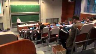 Student na wykładzie z maszyną do pisania