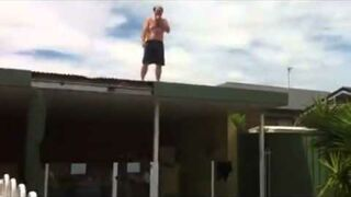 Skok z dachu do basenu...coś poszło nie tak