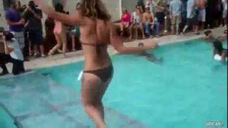 Dziewczyna w bikini z gracją słonia
