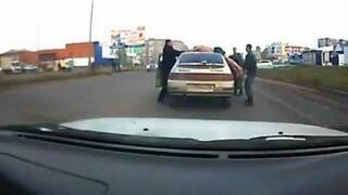 Biegł po samochodach, trafił na policje