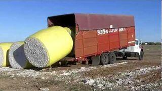 Pakowanie bawełny na ciężarówkę