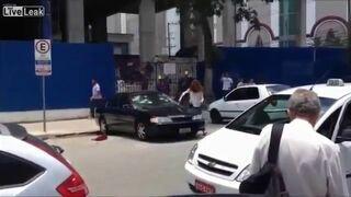 Zdradzona kobieta niszczy auto swojego faceta