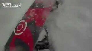 Spadł po śniegu na snowboard