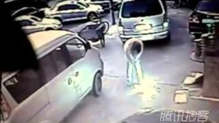 Eksplozja, właz przy restauracji zabija kobietę