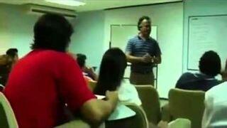 Zdenerwowany nauczyciel celnie rzuca gąbką