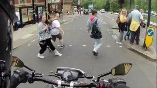 Straszenie pieszych dźwiękiem motocykla