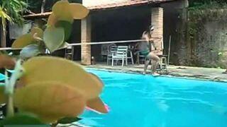Przejście po linie nad basenem