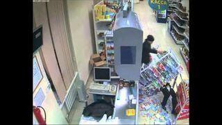 Tymczasem ochroniarz w sklepie