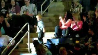 Mały chłopiec tańczy na koncercie Rascal Flatts