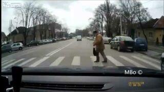 Dziadek na przejściu dla pieszych