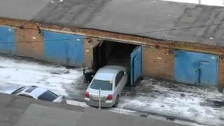 Kobieta wjeżdża do garażu