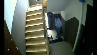 Nasrała na klatce schodowej!