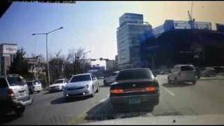 Kobieta cofa autem, nie siedząc w nim