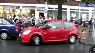 Niemieccy kibice dopingują parkującą kobietę