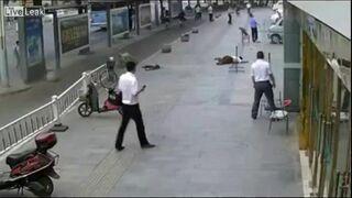 Robotnik roztrzaskał się o chodnik
