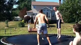 Do basenu z trampoliny