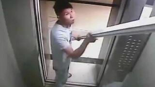 Chińczyk przewozi rury windą