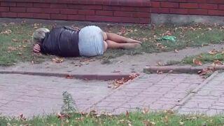 Pijana baba na ulicy