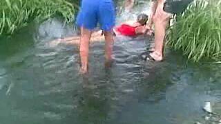 Pijana kobieta leży w wodzie