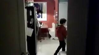 Przyłapany na tańcu w kuchni