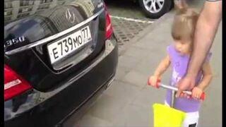 Dziewczynka z Rosji zna sięna samochodach