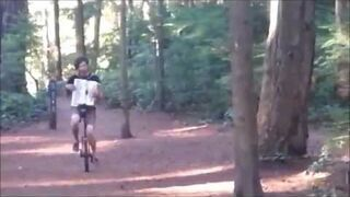 Monocyklista w lesie z akordeonem