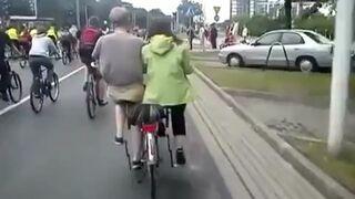 Dziwny rower dla dwóch osób