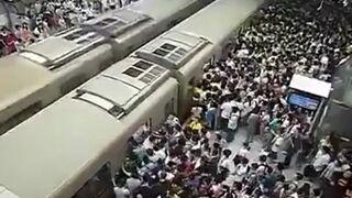 Upychanie ludzi w metrze
