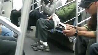 Murzyn liże buty w metrze