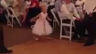 Dziewczynka tańczy na przyjęciu